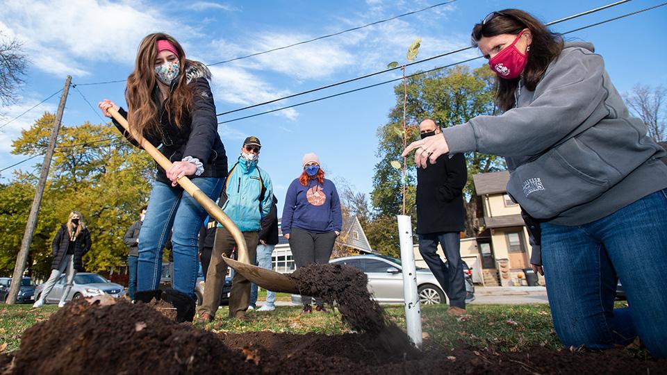 Sustainability club kicks off Heirloom Apple Orchard on Oshkosh campus